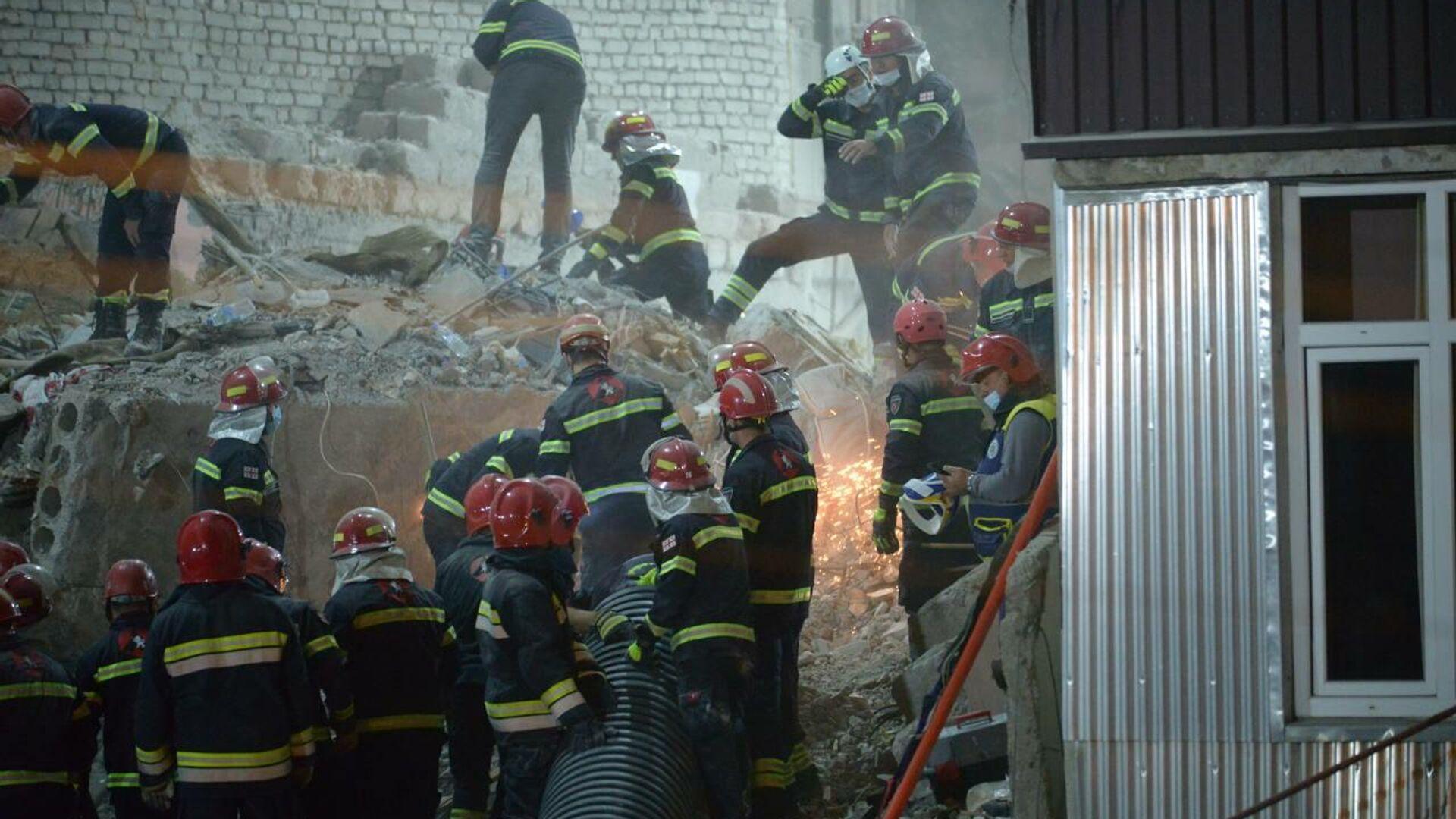 Ночная спасательная операция на месте обрушения жилого дома в Батуми 8 октября 2021 года - Sputnik Грузия, 1920, 09.10.2021