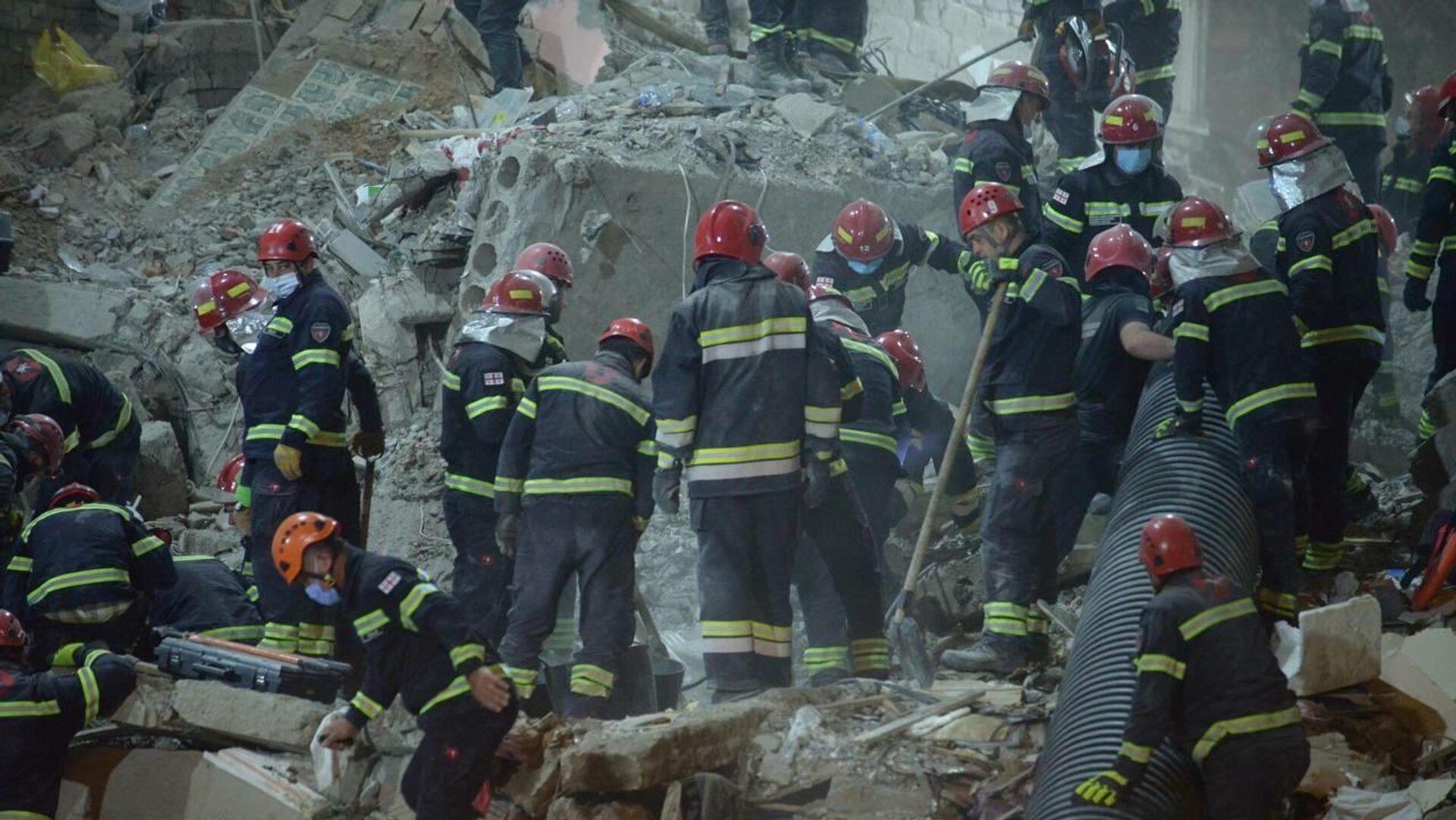Ночная спасательная операция на месте обрушения жилого дома в Батуми 8 октября 2021 года - Sputnik Грузия, 1920, 14.10.2021