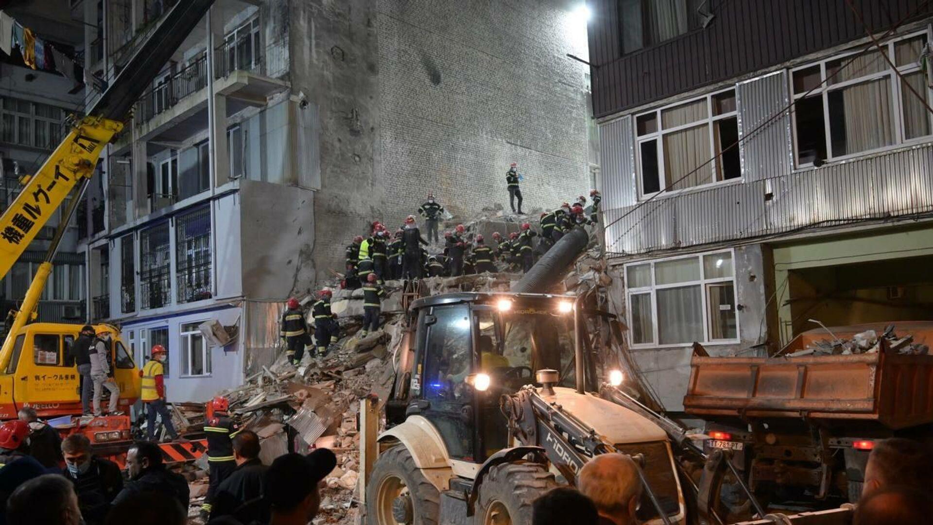 Ночная спасательная операция на месте обрушения жилого дома в Батуми 8 октября 2021 года - Sputnik Грузия, 1920, 08.10.2021