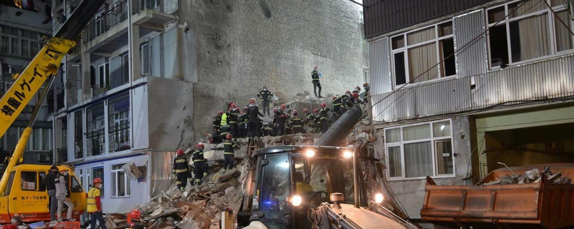 Ночная спасательная операция на месте обрушения жилого дома в Батуми 8 октября 2021 года - Sputnik საქართველო, 1920, 09.10.2021