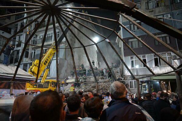 დაკარგული ადამიანების ახლობლები მთელი ღამის განმავლობაში დანგრეულ შენობასთან იმყოფებოდნენ - Sputnik საქართველო