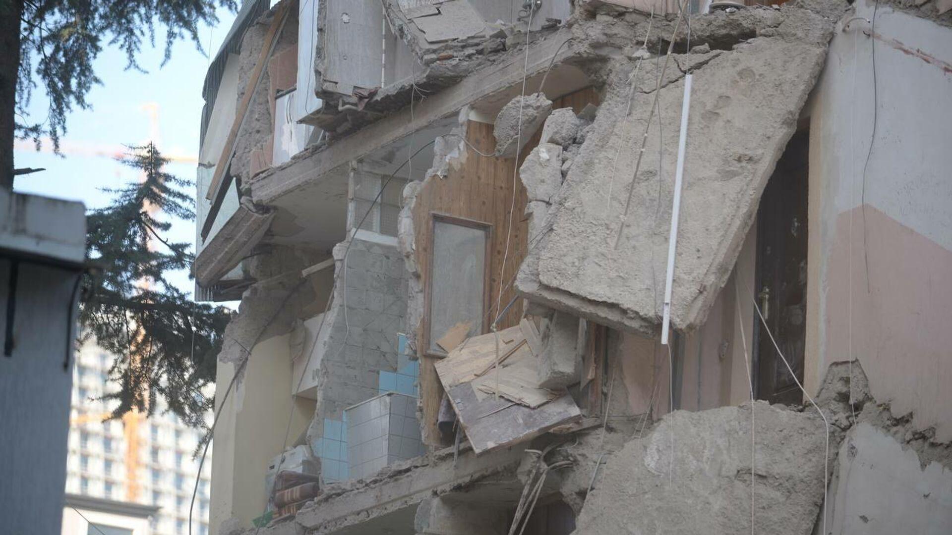 Фото с места обрушения подъезда жилого дома в Батуми. Разрушенное здание - Sputnik Грузия, 1920, 09.10.2021