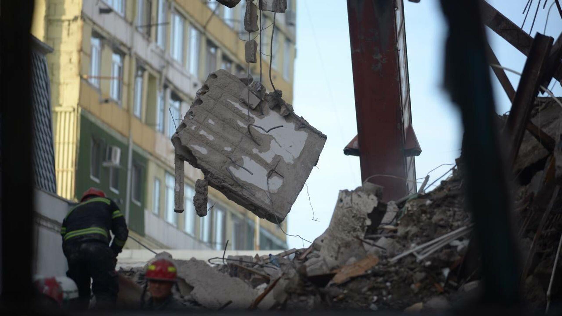 Фото с места обрушения подъезда жилого дома в Батуми. Разбор завалов из обломков здания - Sputnik Грузия, 1920, 10.10.2021