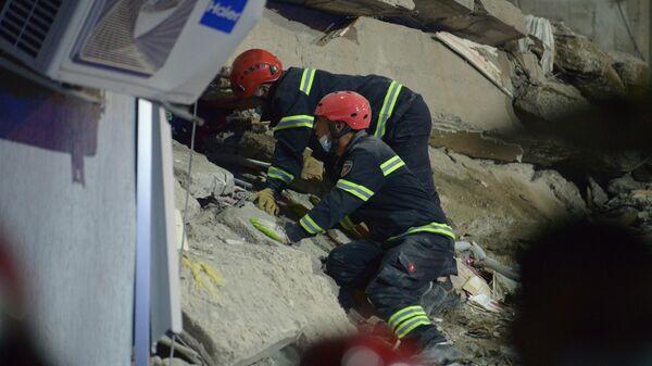 Фото с места обрушения подъезда жилого дома в Батуми. Спасатели ищут выживших - Sputnik Грузия