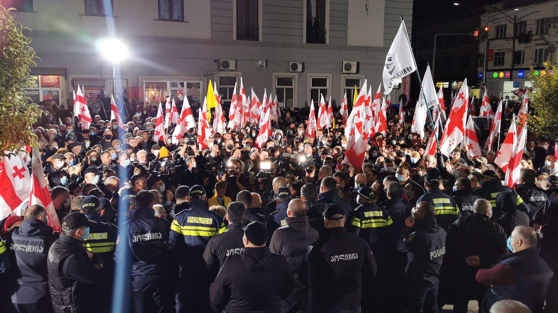 Акция протеста сторонников ЕНД в Зугдиди 9 октября 2021 года у здания окружной избирательной комиссии - Sputnik Грузия, 1920, 11.10.2021