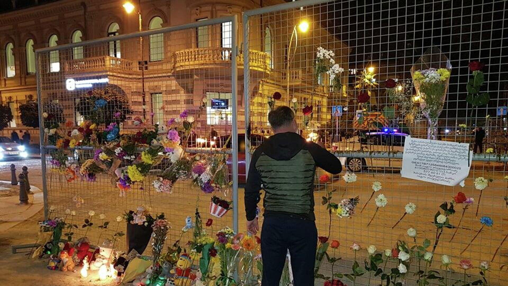 Траурная акция в память о погибших в результате обрушения жилого дома 9 октября 2021 года - Sputnik Грузия, 1920, 10.10.2021