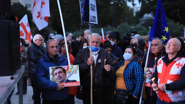 Акция протеста сторонников Саакашвили. Люди в масках с горящими свечами в руках - Sputnik საქართველო