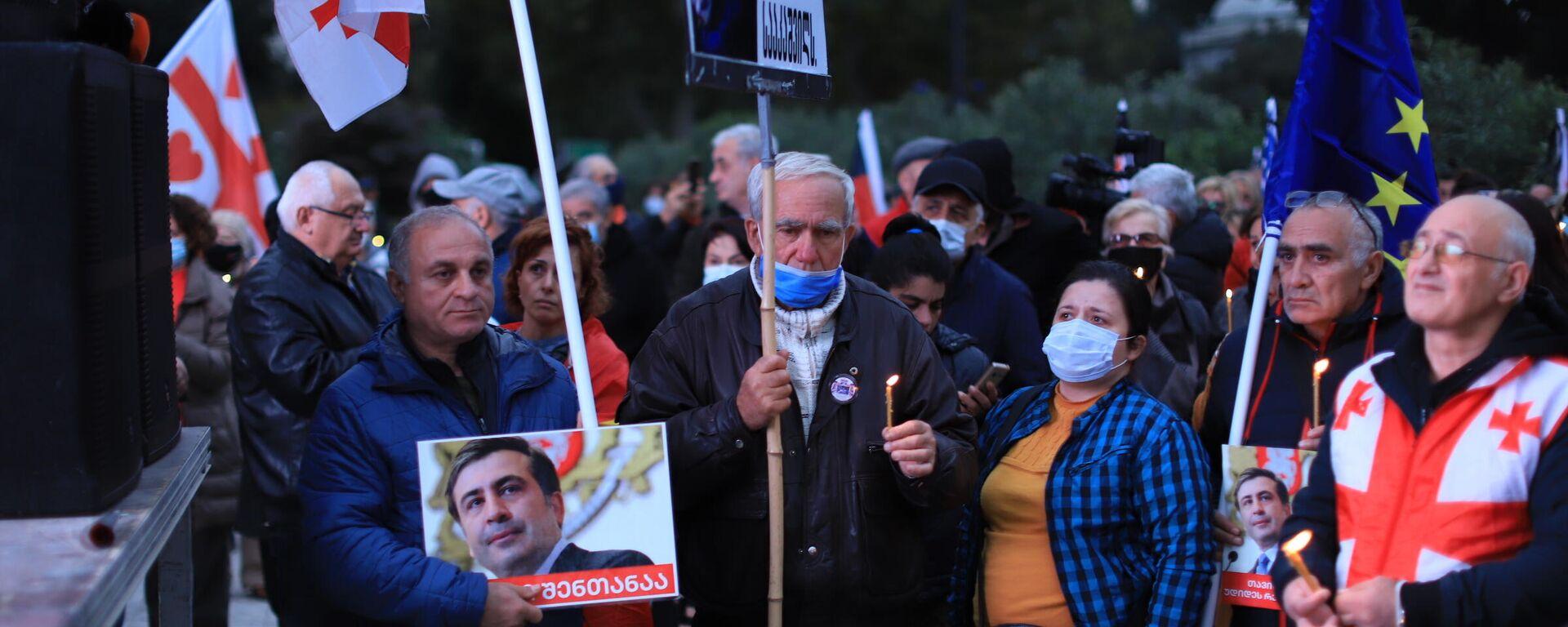 Акция протеста сторонников Саакашвили. Люди в масках с горящими свечами в руках - Sputnik საქართველო, 1920, 10.10.2021