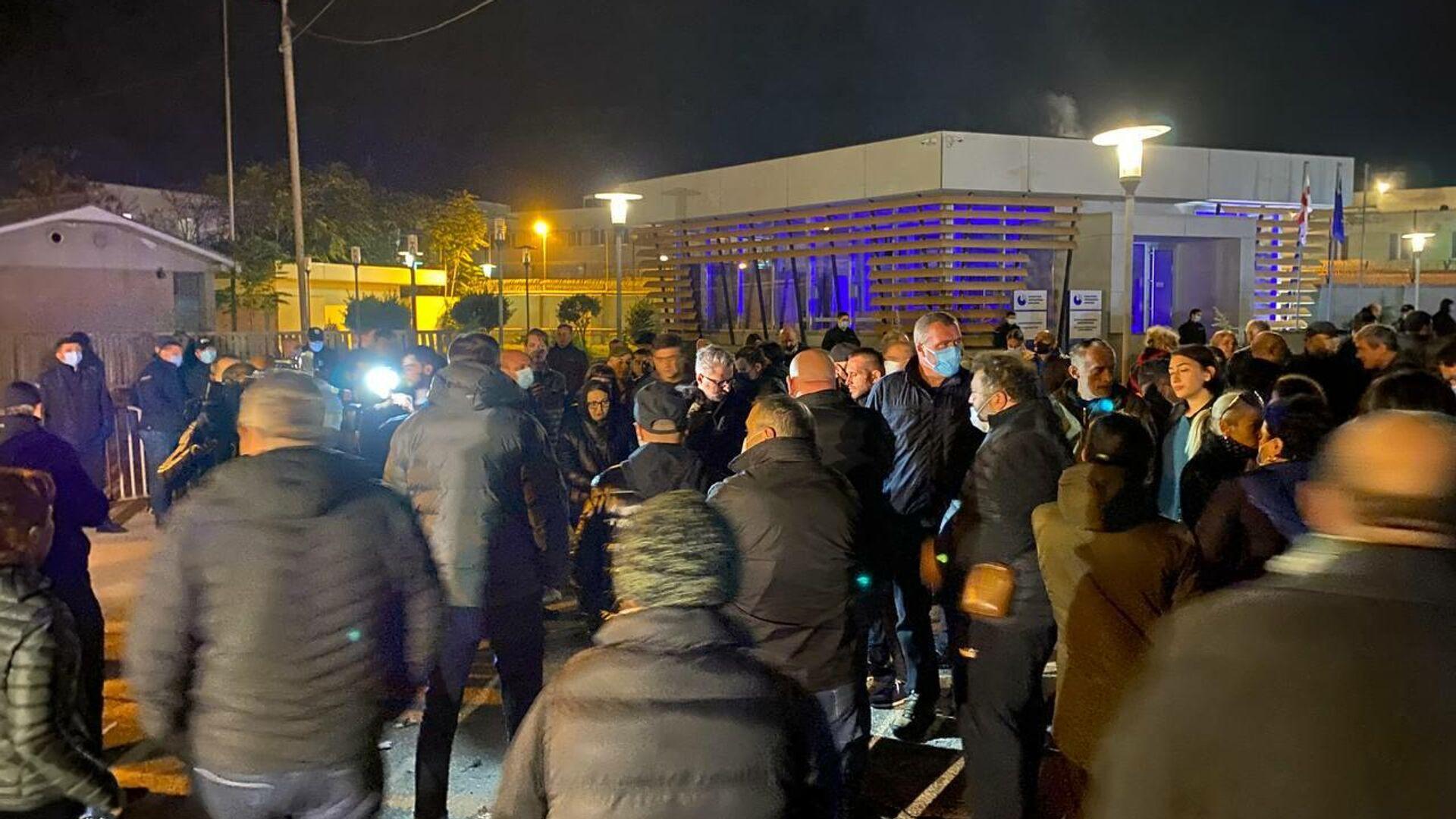 Ника Гварамия и соратники Саакашвили у Руставской тюрьмы 10 октября 2021 года - Sputnik Грузия, 1920, 11.10.2021