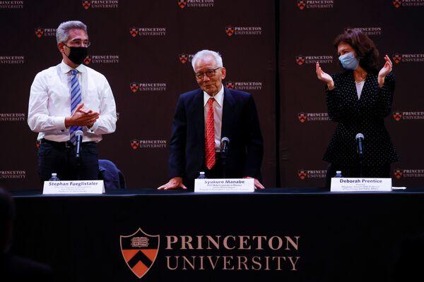 Метеоролог из Принстонского университета профессор Сюкуро Манабе, получивший долю Нобелевской премии 2021 года по физике, на пресс-конференции - Sputnik Грузия