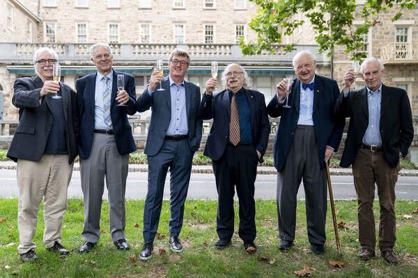 Слева направо: лауреаты Нобелевской премии Принстонского университета Эрик Фрэнсис Вишаус, биолог, Джозеф Хутон Тейлор-младший, астрофизик, Дэвид В.К. Макмиллан, Дункан Холдейн, физик, Ангус Дитон, экономист, и Кристофер Симс, экономист, поднимают бокалы в честь Макмиллана, одного из двух лауреатов Нобелевской премии по химии, в Принстонском университете  - Sputnik Грузия