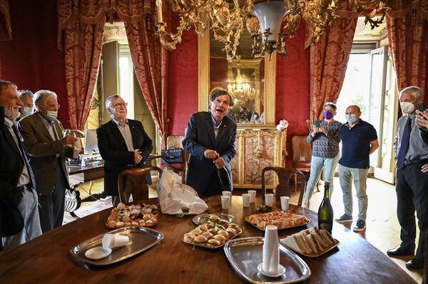Итальянский ученый и физик Джорджио Паризи открывает бутылку вина, празднуя победу с коллегами - Sputnik Грузия