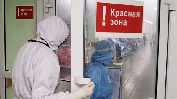 Медицинские сотрудники входят в красную зону городской клинической больницы - Sputnik Грузия