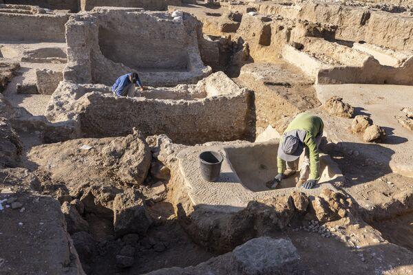 Археологи обнаружили ступеньку - место, где босыми ногами давили виноград. Рядом расположен отсек, в котором происходило брожение вина - Sputnik Грузия