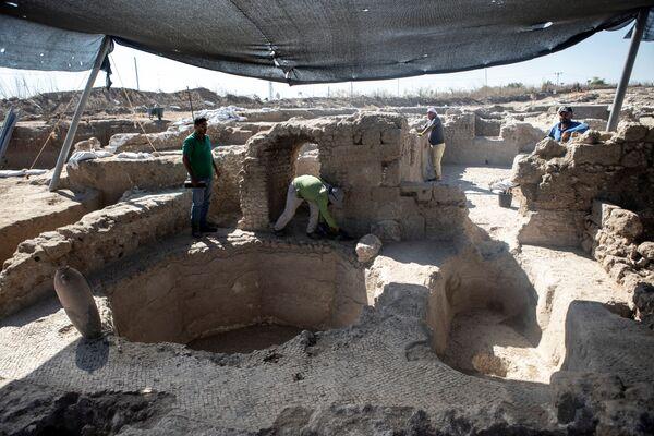 Эксперты говорят, что это место в Явне является крупнейшим известным винодельческим комплексом византийского периода. Площадь винодельни - около 7 тысяч квадратных метров - Sputnik Грузия