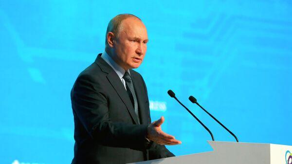 Президент РФ В. Путин принял участие в пленарном заседании форума Российская энергетическая неделя - Sputnik Грузия
