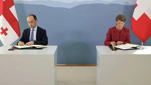 Министр окружающей среды и сельского хозяйства леван Давиташвили и федеральный советник Швейцарии Симонетта Соммаруг подписали межправительственное соглашение в сфере изменения климата - Sputnik Грузия