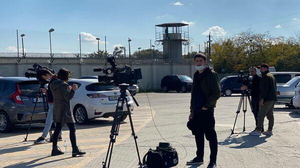 Руставская тюрьма - журналисты и операторы дежурят у входа - Sputnik Грузия