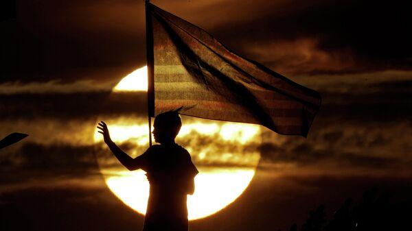 Мальчик с флагом США  - Sputnik Грузия