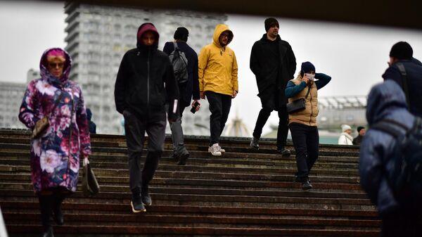 Люди спускаются в подземный переход на одной из улиц в Москве.  - Sputnik Грузия