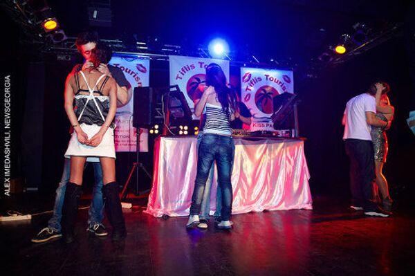 Первый в Грузии конкурс поцелуев Kiss Party состоялся в тбилисском клубе Club Night. Конкурс продолжался несколько часов, в нем приняли участие шесть пар. Особый ажиотаж вызвало участие женской пары из двух девушек. Выиграла конкурс молодая пара - парень и девушка, жители Тбилиси, которые целовались без остановки на протяжении трех часов и десяти минут. В качестве приза пара получила недельную туристическую путевку в Турцию на двоих. Организатором конкурса выступили Club Night и компания Tiflis Tourism. - Sputnik Грузия