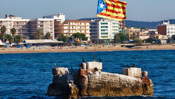 Флаг Каталонии на побережье Средиземного моря в городе Бланес - Sputnik Грузия