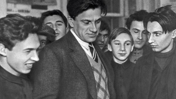 ვლადიმერ მაიაკოვსკი ახალგაზრდებთან ერთად - Sputnik საქართველო