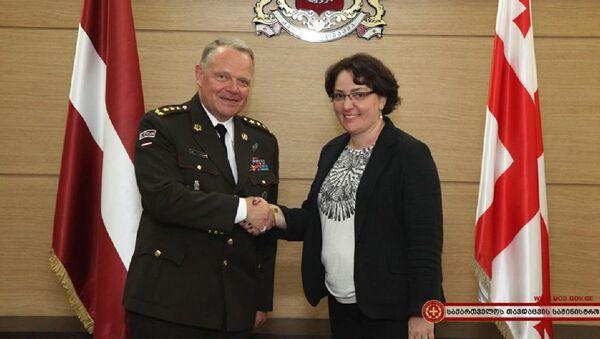 Министр обороны Грузии Тинатин Хидашели и командующий Национальными вооруженными силами Латвии, генерал-лейтенант Раймонд Граубе - Sputnik Грузия