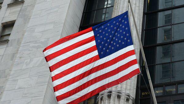 Флаг США на здании Нью-йоркской фондовой биржи на Уолл-стрит. - Sputnik Грузия