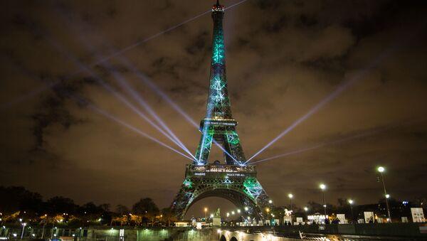 Подсветка Эйфелевой башни в Париже - Sputnik Грузия