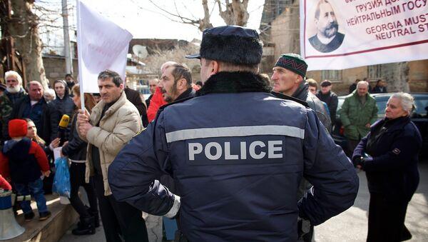 Участники акции протеста у президентского дворца в Тбилиси - Sputnik Грузия