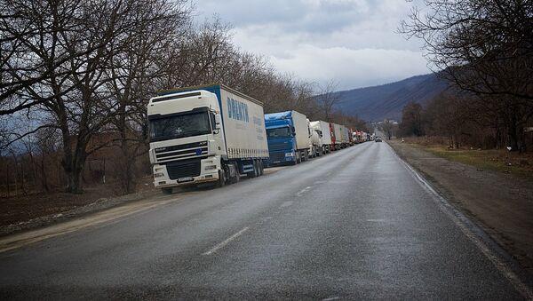 Очередь из грузовых автомашин, направляющихся в сторону грузино-российской границы. - Sputnik Грузия