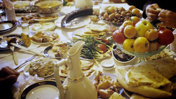 Грузинское застолье - семья собралась за ужином в одном из сел Терджольского района. - Sputnik Грузия