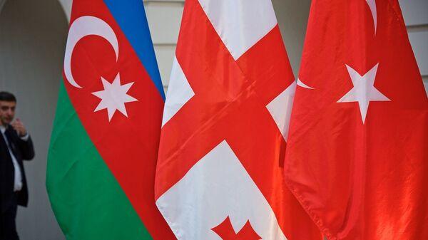Флаги на встрече делегаций Азербайджана, Грузии и Турции - Sputnik Грузия