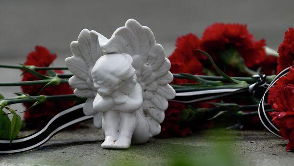 Цветы и фигурка ангела в память о погибших - Sputnik Грузия