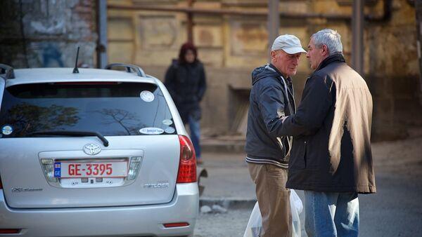 Люди беседуют на улице на площади Гудиашвили - Sputnik Грузия