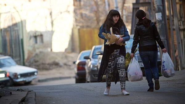 Женщина несет грузинский хлеб - Sputnik Грузия