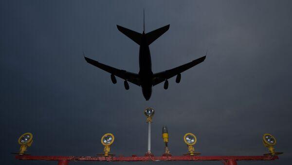 Самолет заходит на посадку. Архивное фото - Sputnik Грузия