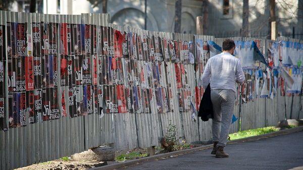 Прохожий на одной из улиц в Тбилиси - Sputnik Грузия
