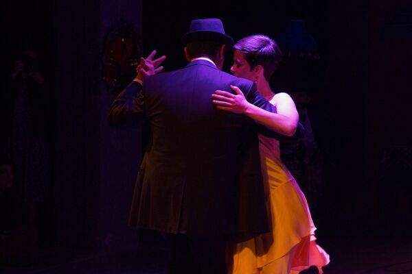 Для меня сам танец танго – как феномен – очень интересен. И, кстати, в Тбилиси его умеют танцевать очень мало людей. А я хотела бы, чтобы их стало больше, - отметила дизайнер и автор перформанса. - Sputnik Грузия