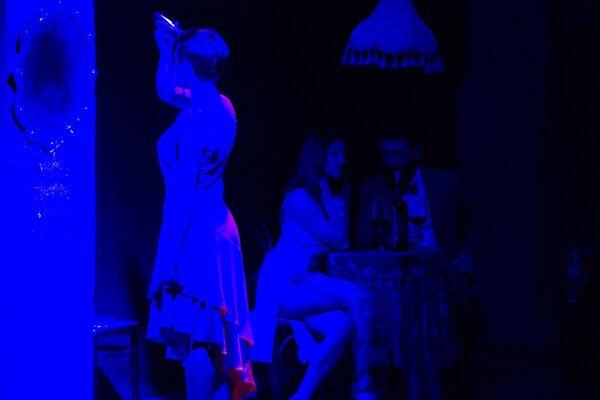 Один из интригующих моментов перформанса - во время танцевального спектакля модель сбривает машинкой у себя волосы на голове. - Sputnik Грузия