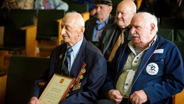 ветеран Давид Джишкариани (слева) - Sputnik Грузия
