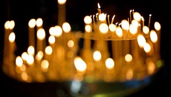Горящие свечи у икон в кафедральном соборе Светицховели - Sputnik Грузия