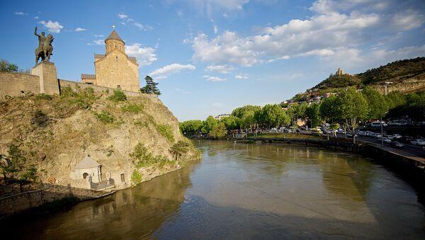 Старый Тбилиси. Справа - памятник Вахтангу Горгасали и Метехская церковь - Sputnik Грузия