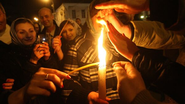 Раздача благодатного огня во время пасхального богослужения - Sputnik Грузия