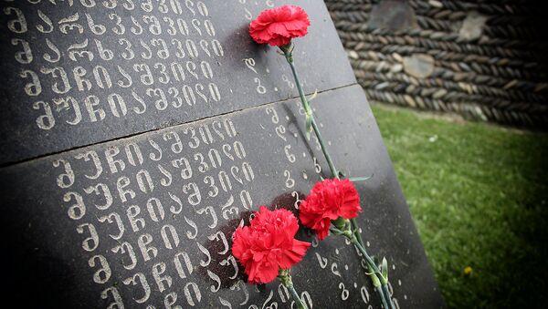 Цветы на надгробной плите на одном из братских кладбищ погибших в годы Второй мировой войны - Sputnik Грузия