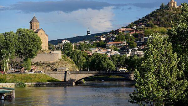 Тбилиси, Метехская церковь (слева) и монастырь Табори (на горе, справа) - Sputnik Грузия