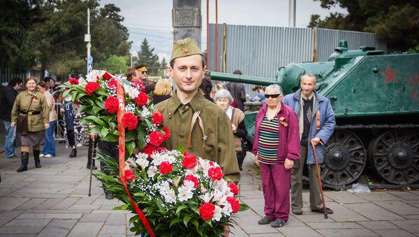 У мемориала погибшим в Великой Отечественной войне на тбилисском Кукийском кладбище. - Sputnik Грузия
