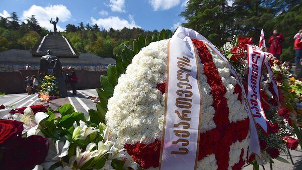 Венки у могилы Неизвестного солдата в парке Ваке, День Победы над фашизмом - Sputnik Грузия