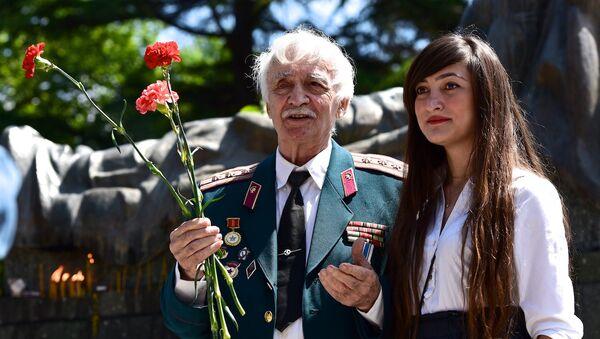 У могилы Неизвестного солдата в парке Ваке в День Победы 9 мая - Sputnik Грузия